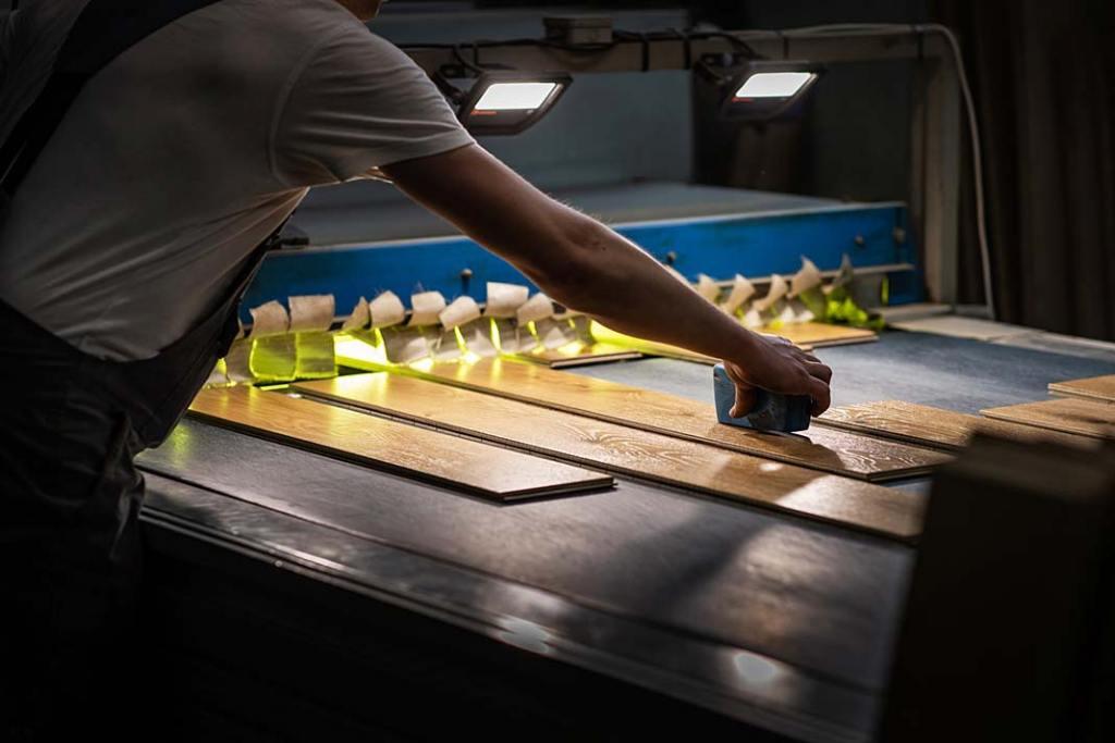 Zdjęcie wykonane na produkcji podłóg drewnianych w firmie Finish Parkiet.