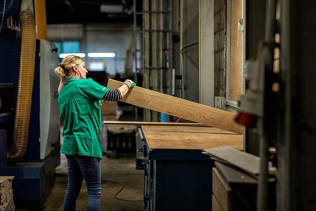 Zdjęcie z produkcji podłóg drewnianych w firmie Finish Parkiet.