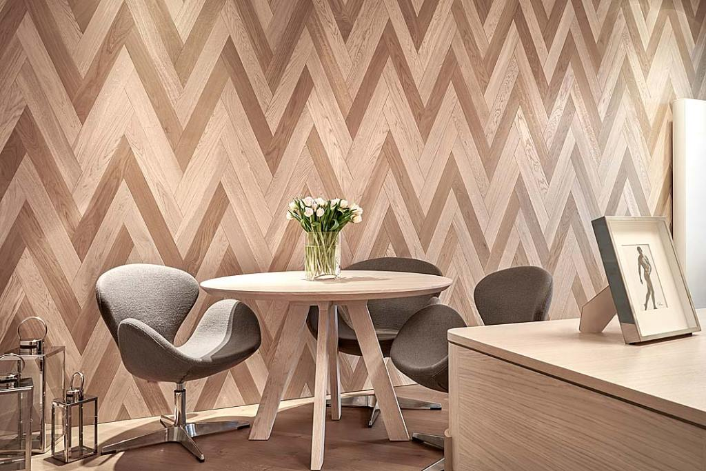 Projekt wnętrza z wzorem jodły na ścianie.