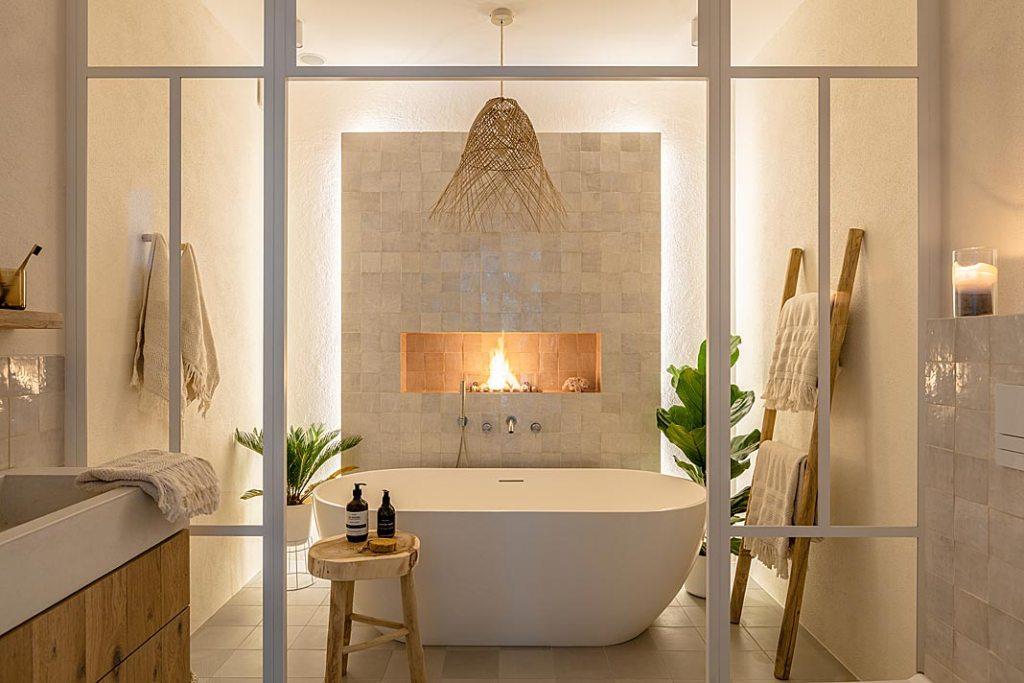 łazienka z biokominkiem nad wanną