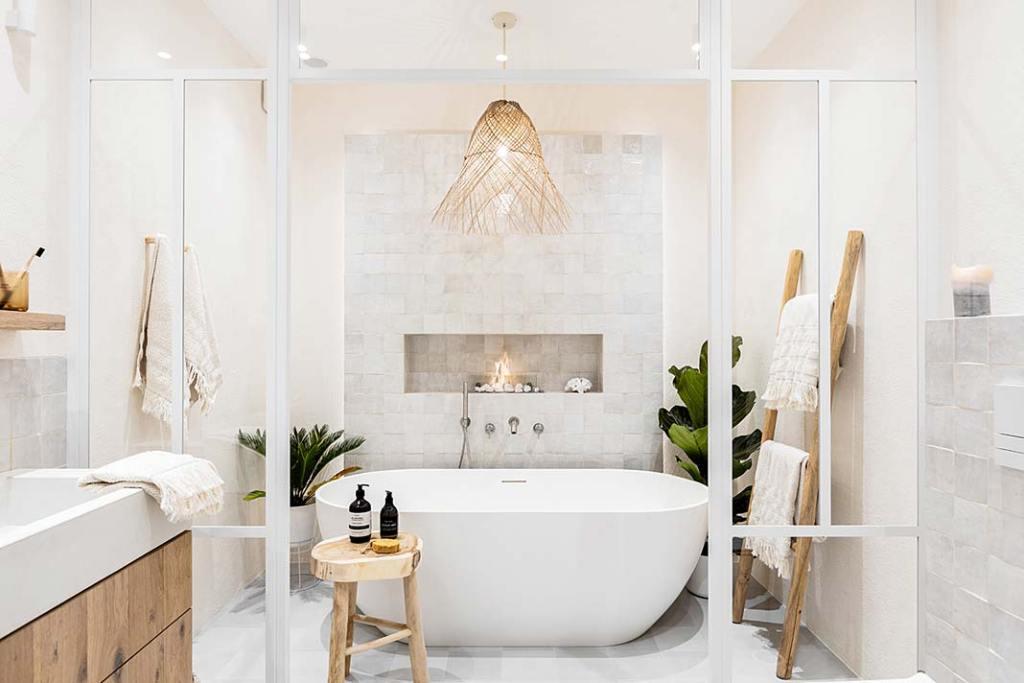 Ta łazienka to prywatna oaza relaksu w stylu white boho