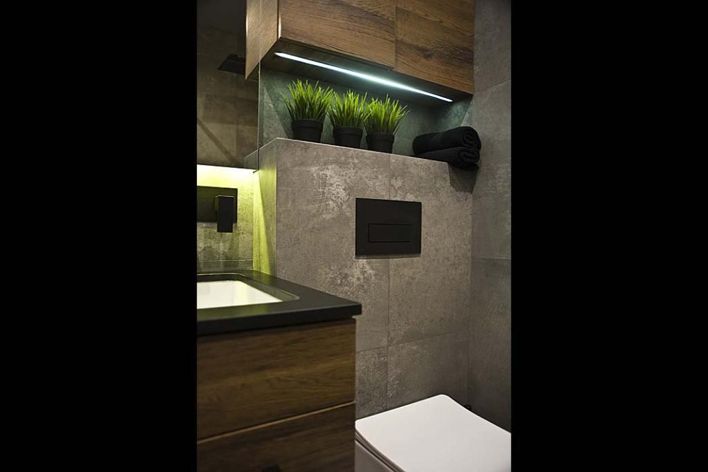 łazienka z płytkami w rozmiarze XXL przypominającymi surowy beton
