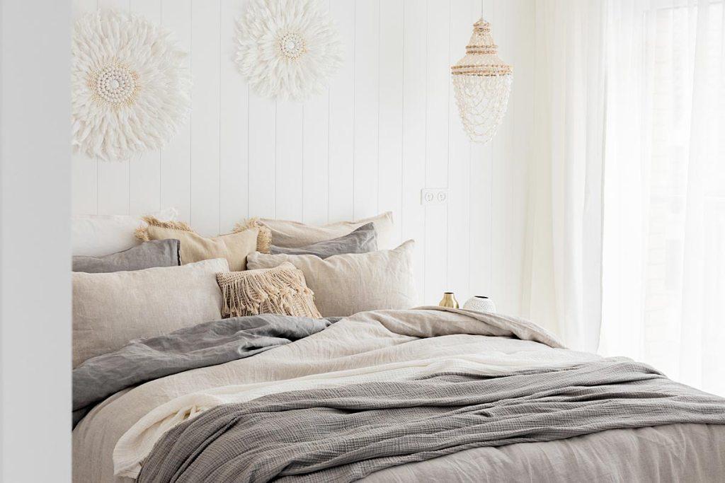 Przytulna sypialnia w stylu white boho - zachwycająca lniana pościel na łóżku