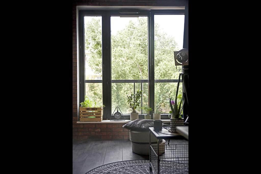 okno w salonie w loftowym stylu