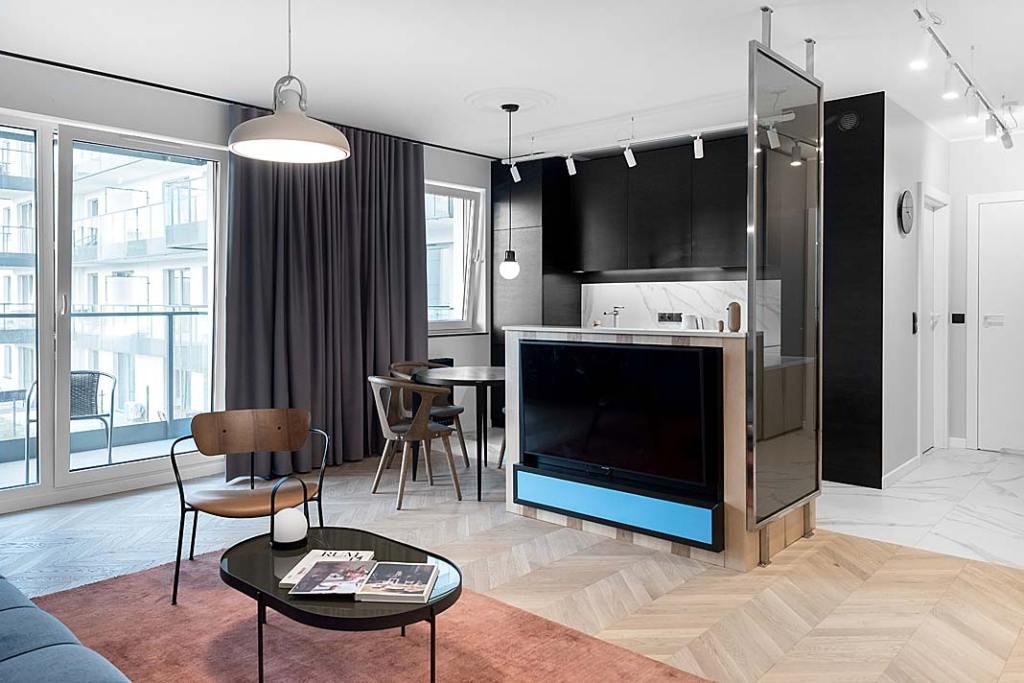 otwarta przestrzeń dzienna składająca się z kuchni, niewielkiej jadalni i saloniku wypoczynkowego