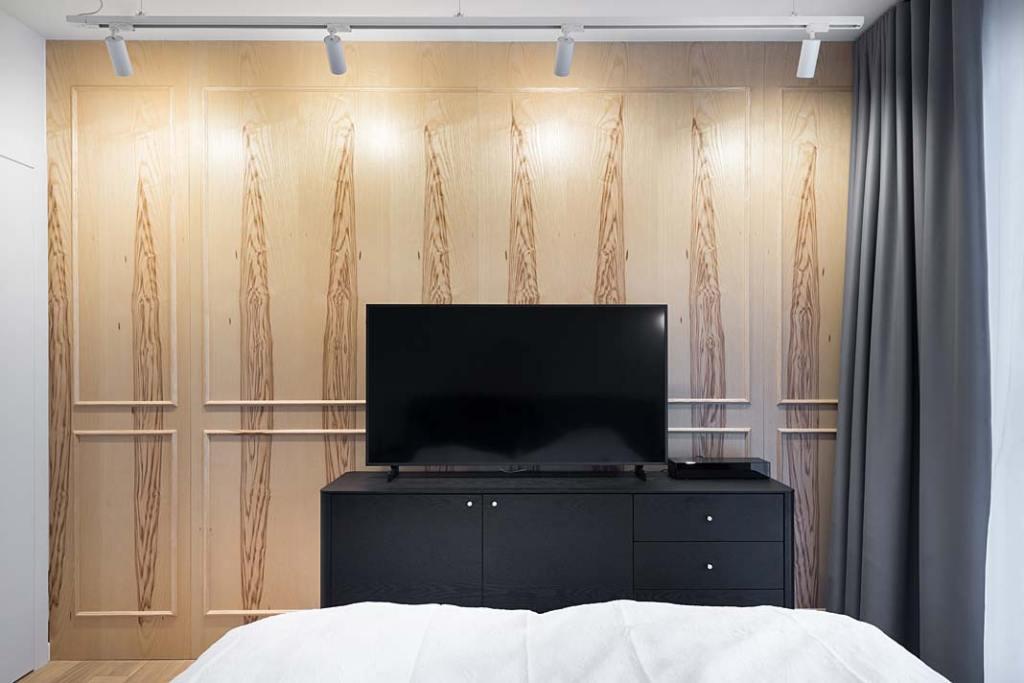 sypialnia z okładziną ścienną w postaci jesionowych paneli o wyrazistym rysunku