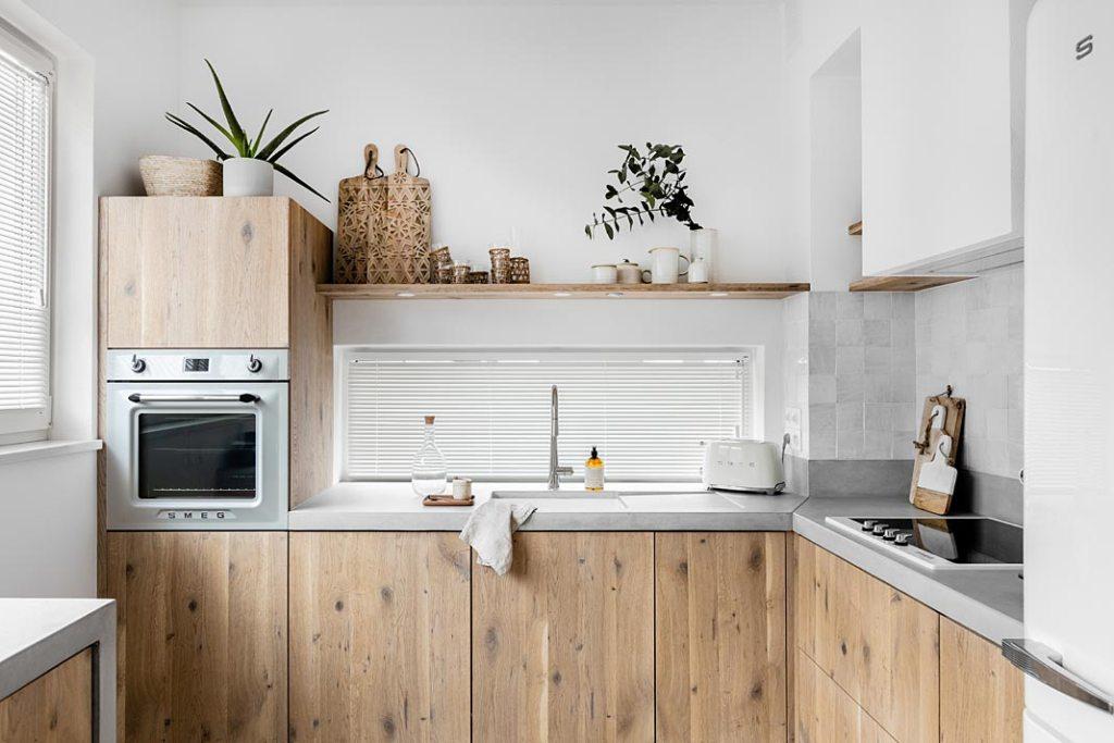 White boho - w kuchni znajdują się meble wykonane z naturalnego drewna oraz mikrocementowe blaty