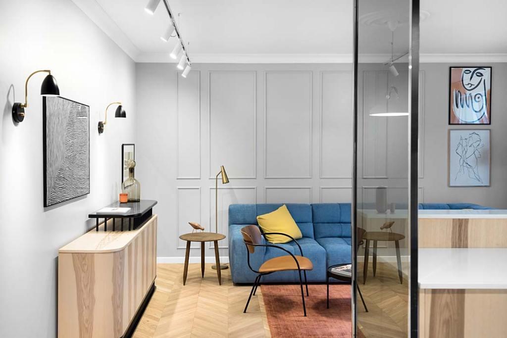 widok salonu, w którym na podłodze zastosowano jodłę francuską
