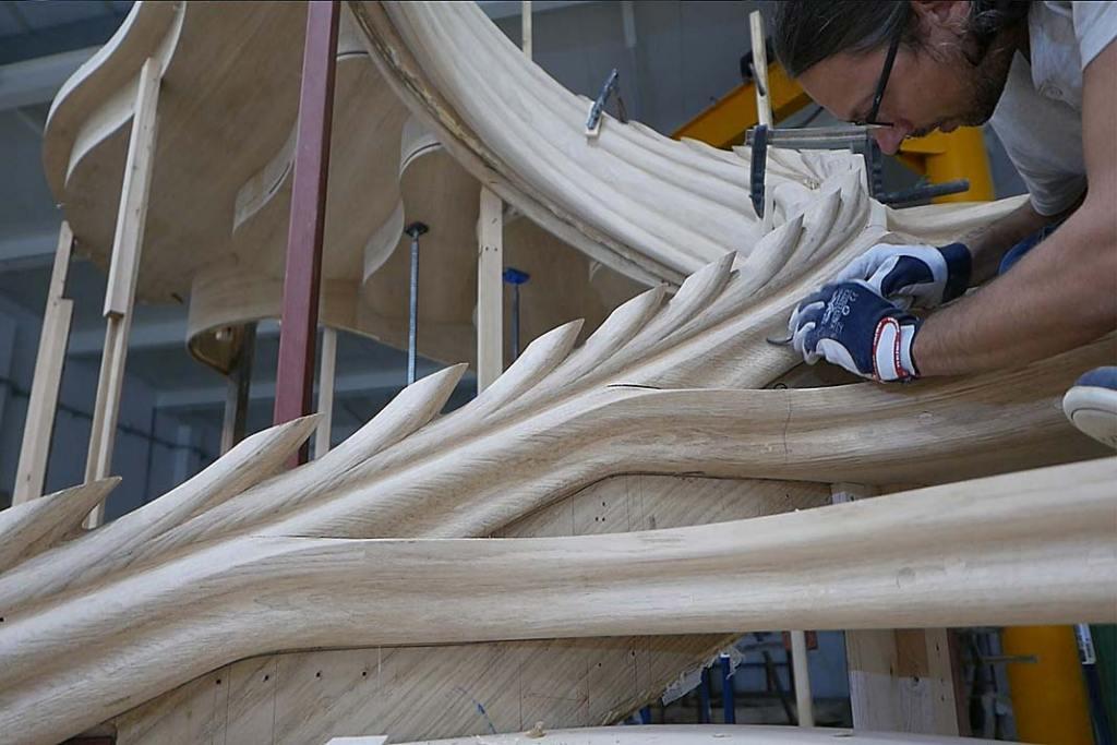 Konstrukcja stalowa schodów pokryta została klejonymi warstwowo okleinami dębowymi.