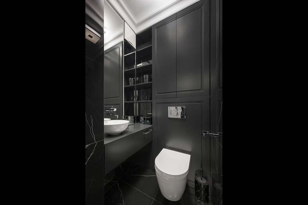 W toalecie gościnnej dominuje tajemnicza czerń, wzbogacona chromowanymi dodatkami