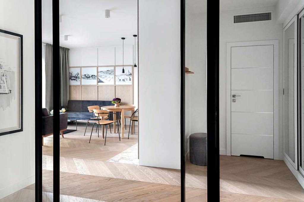 styl skandynawski - widok z przedpokoju na salon apartamentu