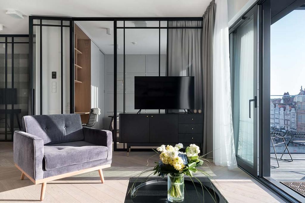 styl skandynawski - za oknem apartamentu gdańska starówka