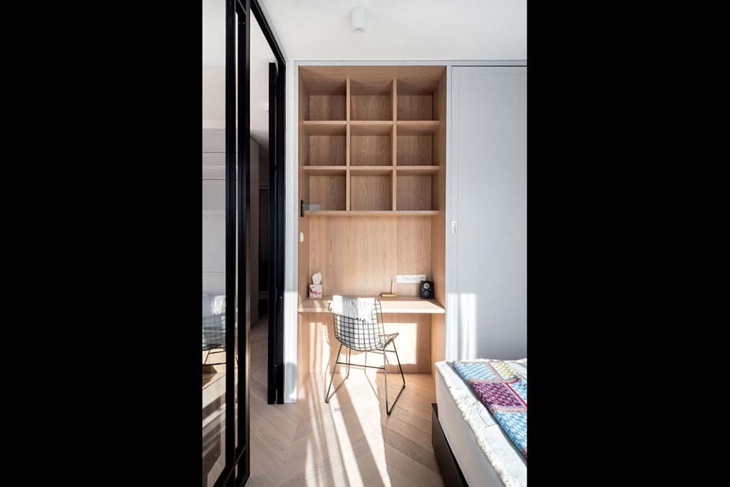 Apartament urządzony w stylu skandynawskim sypialnia