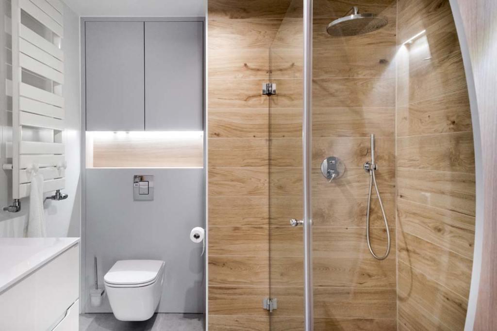 Apartament w stylu skandynawskim łazienka z kabiną prysznicową