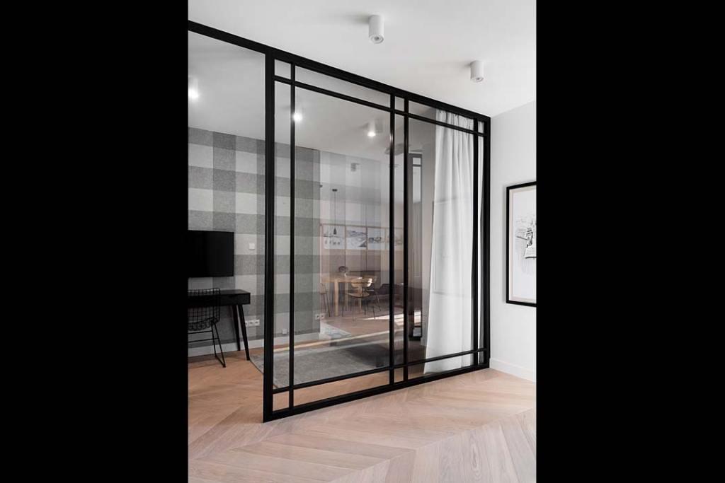 Apartament w stylu skandynawskim przedpokój z przeszkleniem