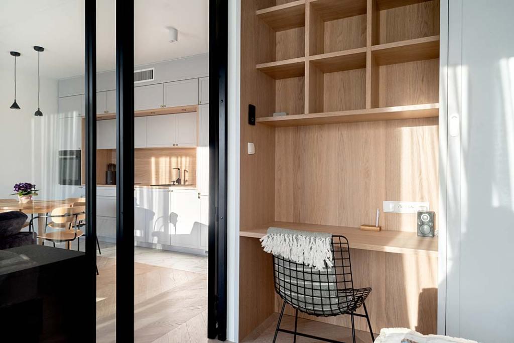 Apartament w stylu skandynawskim przeszklenie w sypialni