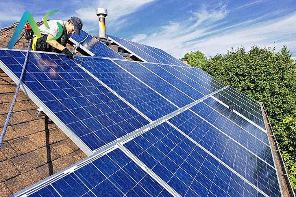 Montowanie instalacji fotowoltaicznej na dachu domu jednorodzinnego (firma AS Energy)