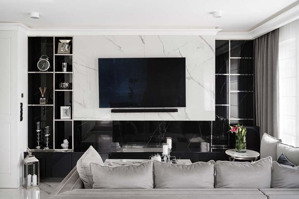 Biel i czerń oraz chromowane elementy w salonie urządzonym w stylu glamour