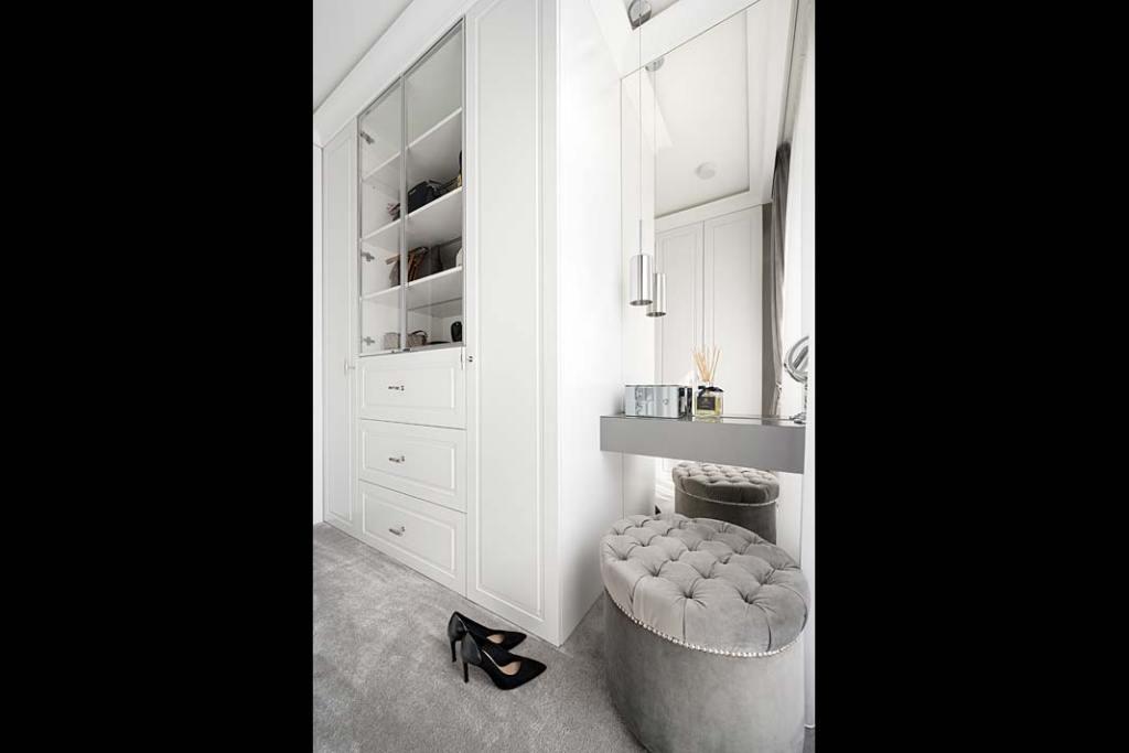 Fragment wnętrza w stylu glamour i przykład tapicerowanego elementu wyposażenia