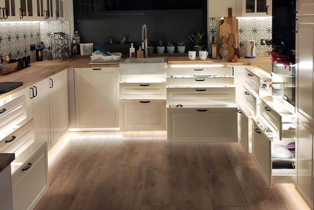 oprawy Polarus P z firmy Design Light podświetlające wnętrze kuchennych szuflad