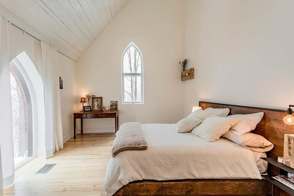 Sypialnia w rezydencji urządzonej w starym kościele