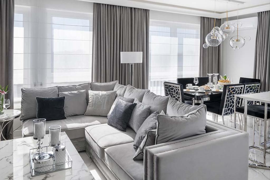 Salon w stylu glamour z wygodną narożną sofą