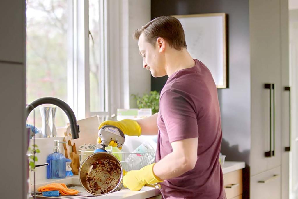 szybkoobrotowa polerka Dremel Versa do czyszczenia przypalonych garnków kuchennych i patelni