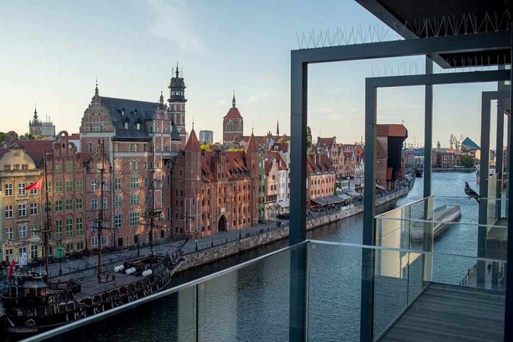Widok na Motławę i gdańską starówkę rozciągający się z balkonu apartamentu na Wyspie Spichrzów