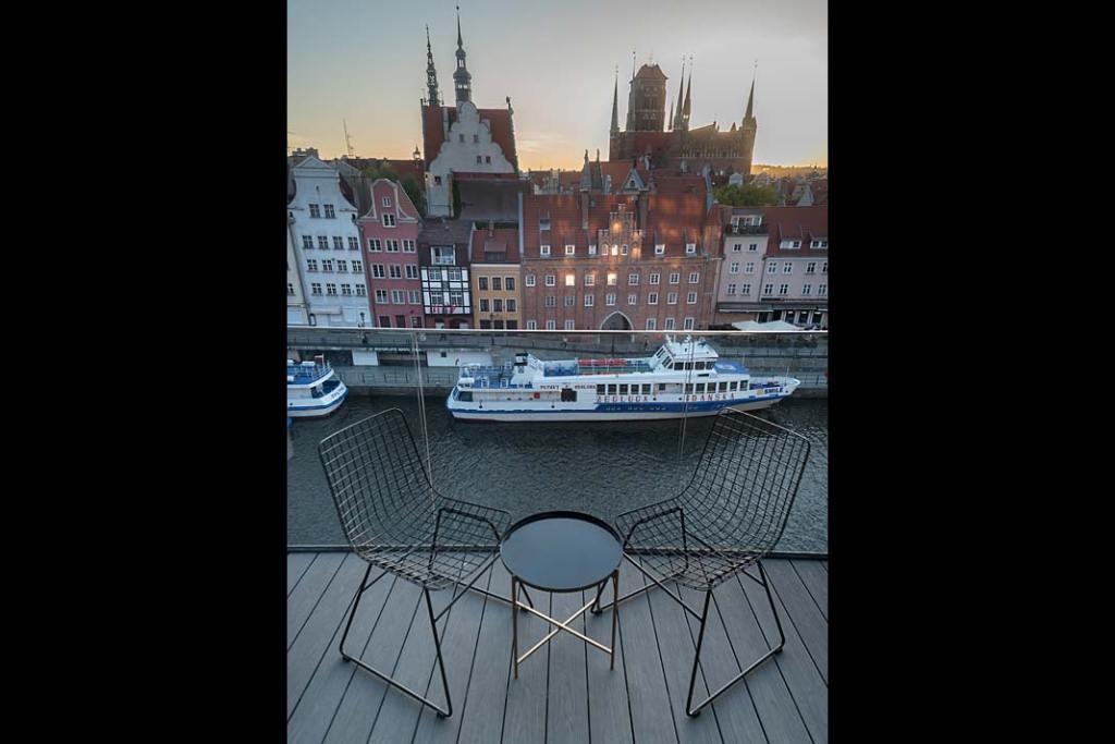 Widok na gdańską starówkę i Motławę z balkonu apartamentu na Wyspie Spichrzów
