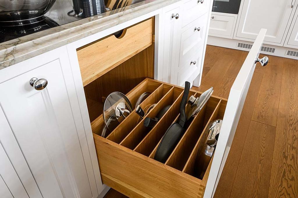 zaprojektowana na wymiar kuchenna zabudowa do przechowywania pokrywek i patelni z firmy AKAN
