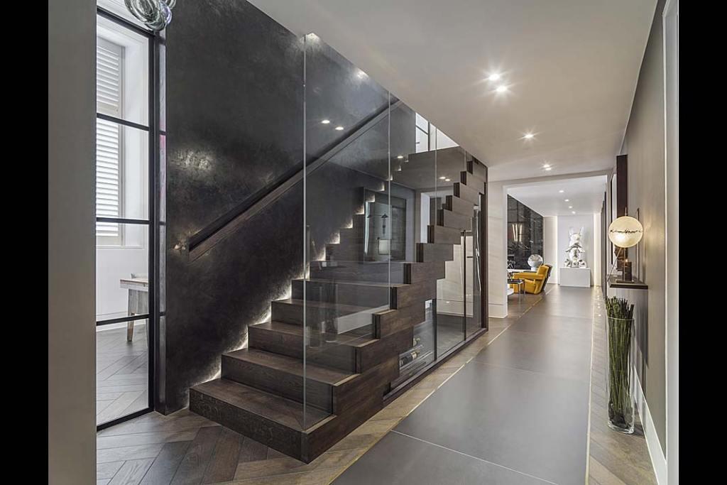 Schody z przeszkleniami w apartamencie według projektu Kelly Hoppen.