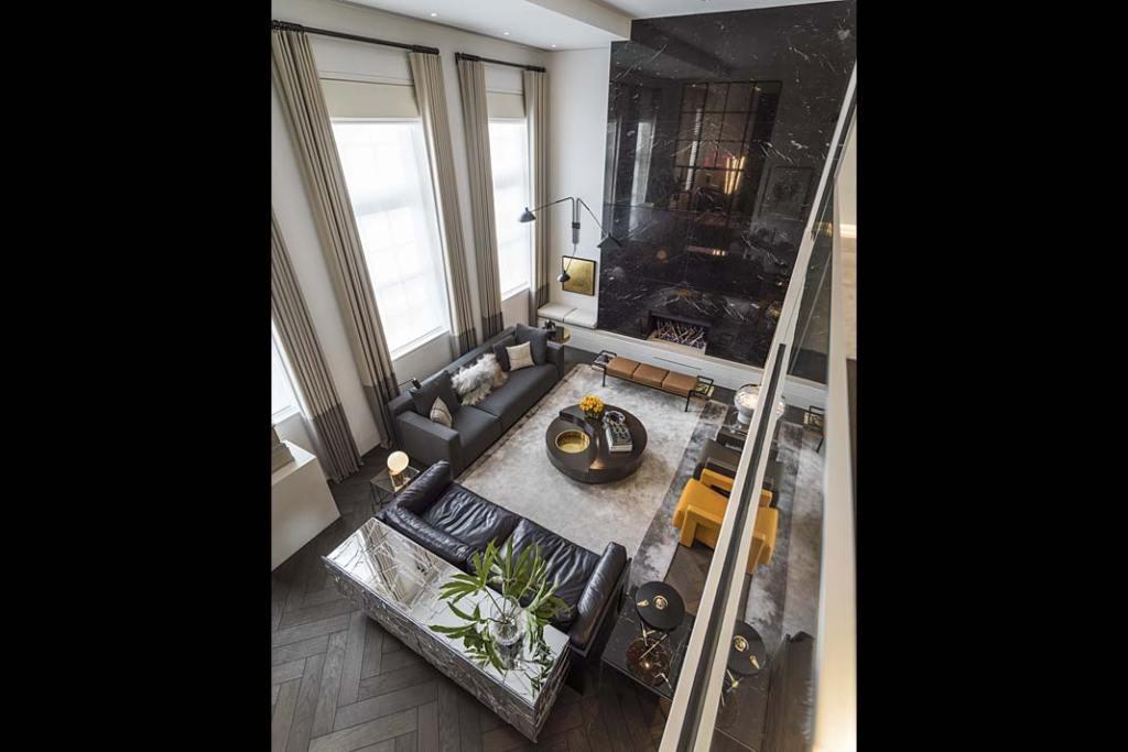 Widok z góry na salon luksusowego apartamentu zaprojektowanego przez Kelly Hoppen.