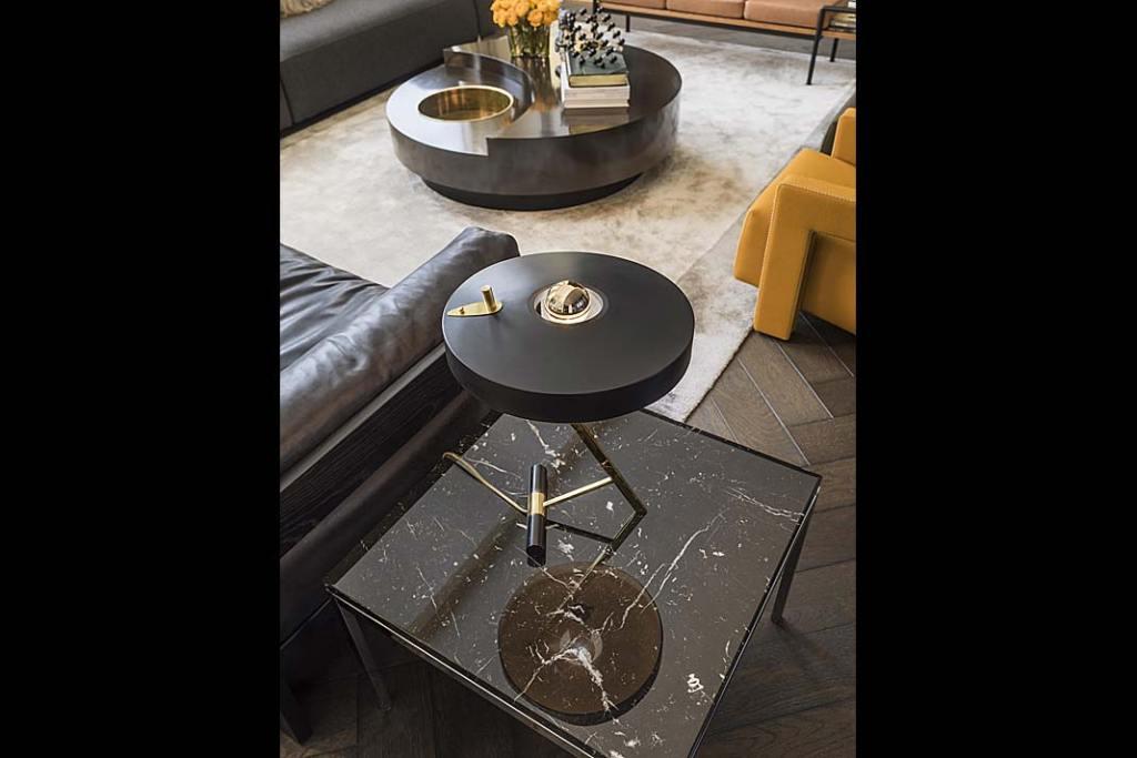Lampa na stoliku w salonie luksusowego apartamentu według projektu Kelly Hoppen.