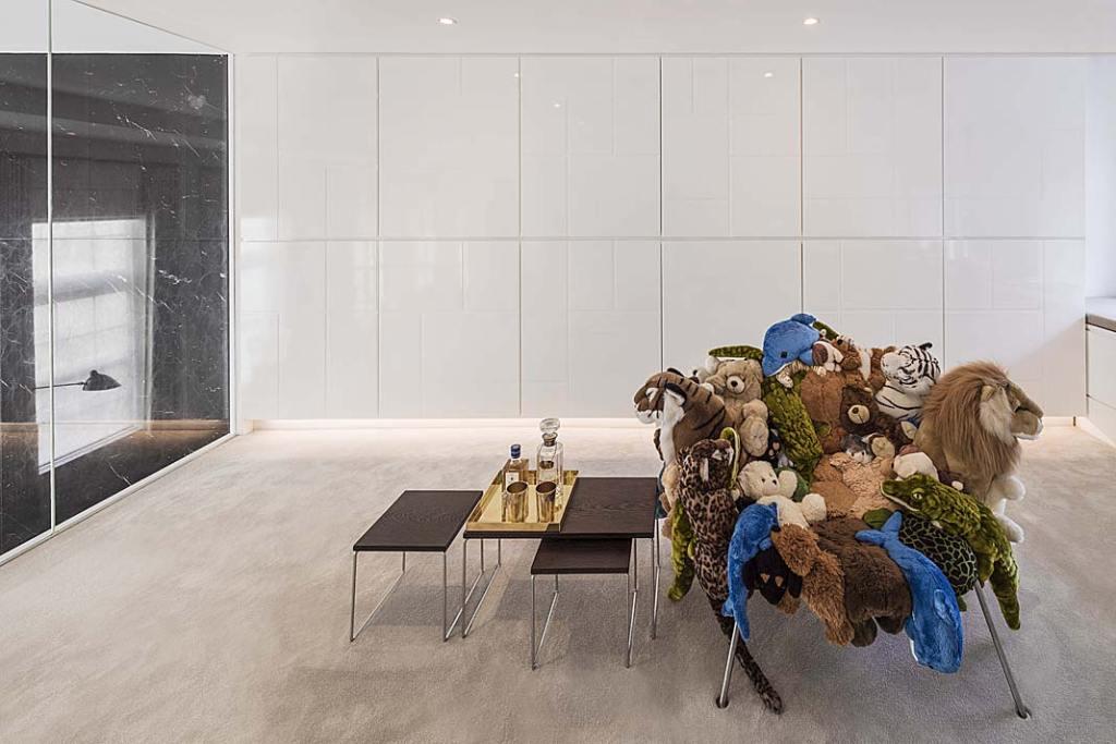 W gabinecie na piętrze uwagę przykuwa designerski fotel duetu Fernando i Humberto Campana.