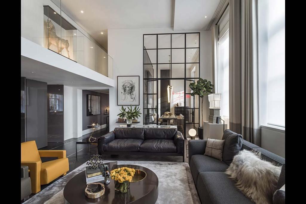 Salon luksusowego apartamentu według projektu Kelly Hoppen.