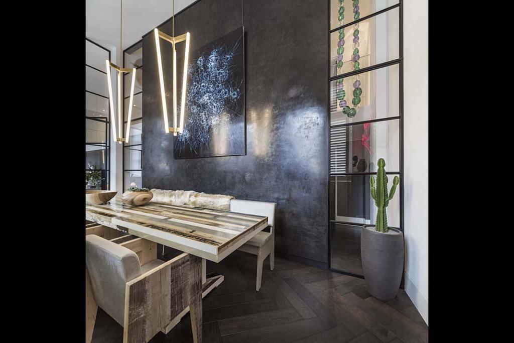 Stół w stylu vintage w luksusowym londyńskim apartamencie zaprojektowanym przez Kelly Hoppen.
