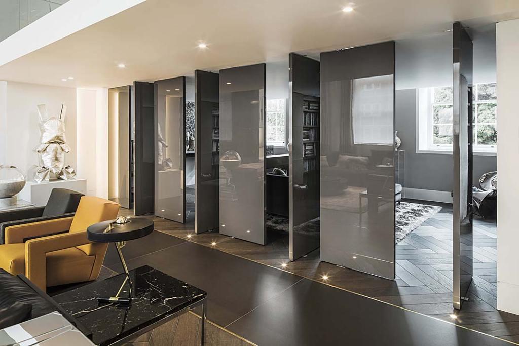 Część salonową odgabinetu oddzielają obracane niezależnie odsiebie, ruchome ścianki.