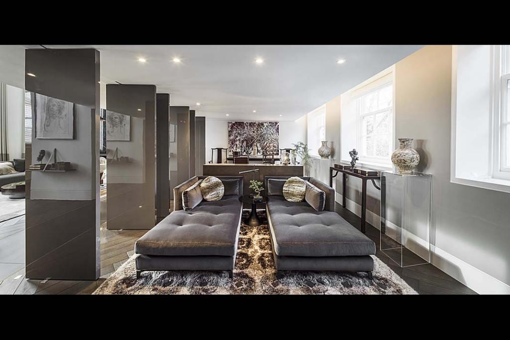 W tym luksusowym apartamencie część salonową odgabinetu oddzielają obracane niezależnie odsiebie, ruchome ścianki.