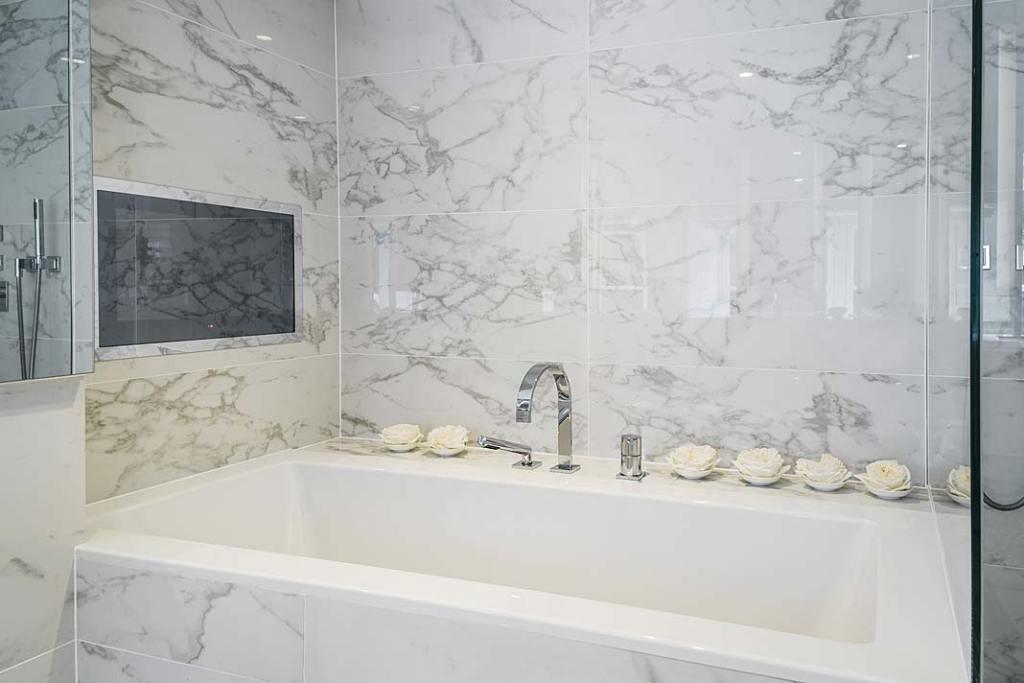 Wanna w łazience luksusowego apartamentu zaprojektowanego przez Kelly Hoppen.