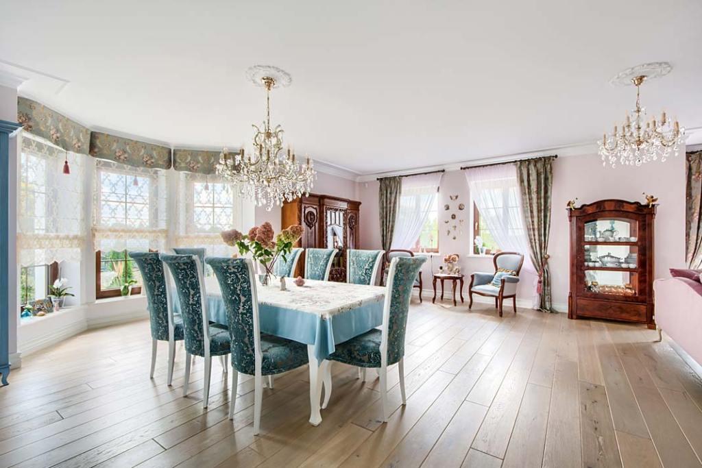 Kuchnia urządzona w klasycznym stylu podłoga wyłożona postarzanymi deskami