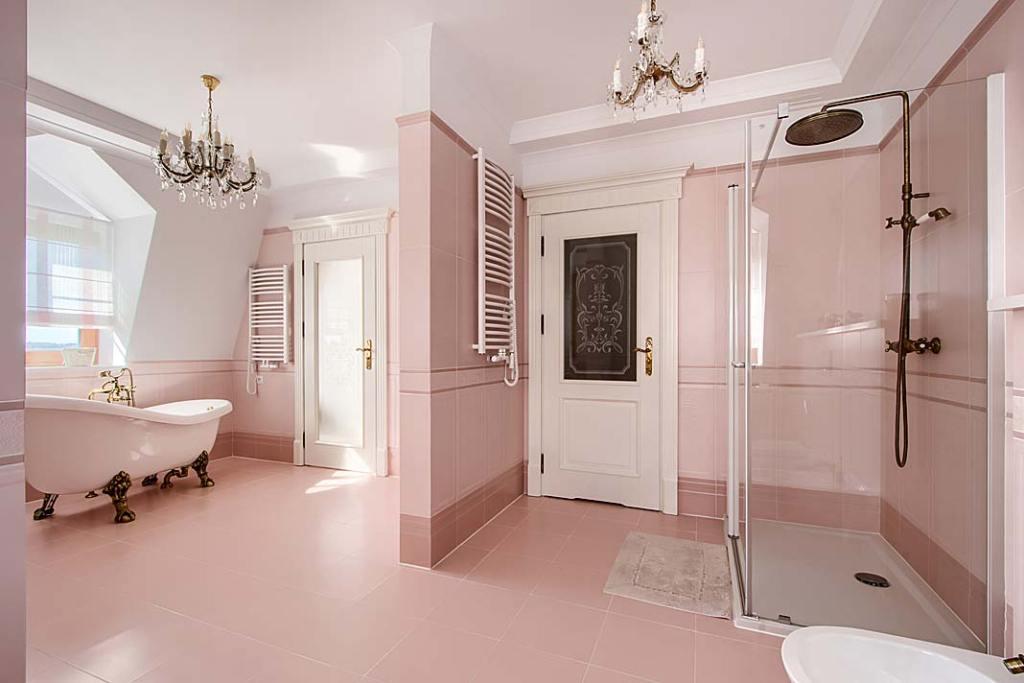 Przestronny salon kąpielowy w klasycznym stylu