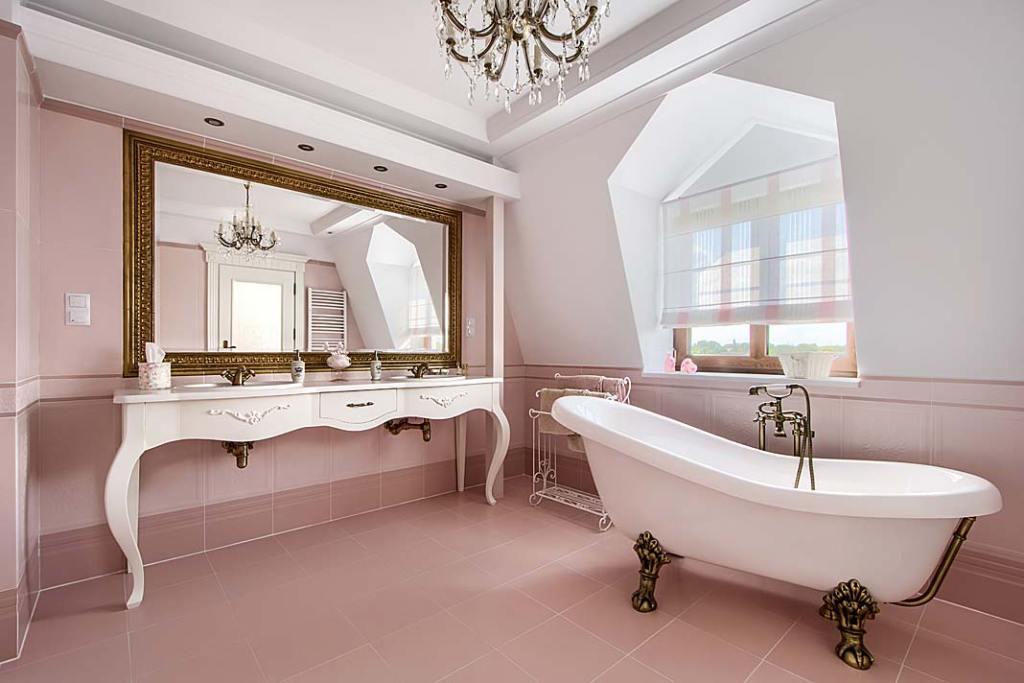 Przestronny salon kąpielowy z wanną w klasycznym stylu.