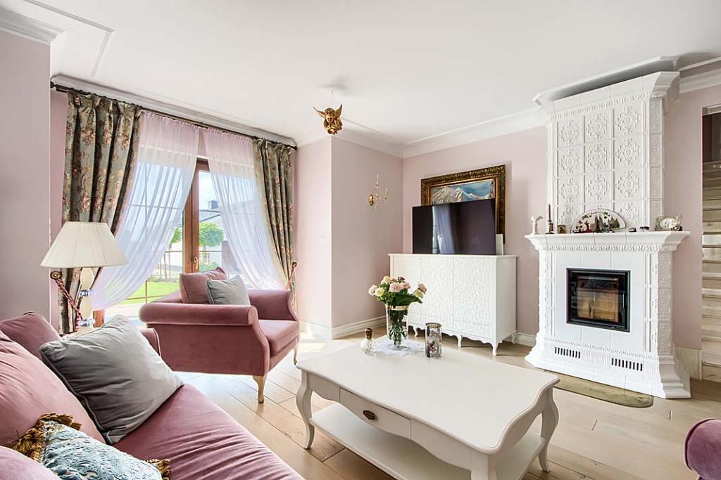 Salon w stylu klasycznym i ręcznie robiona komoda z chowanym telewizorem oraz biały kominek z ręcznie robionymi kaflami