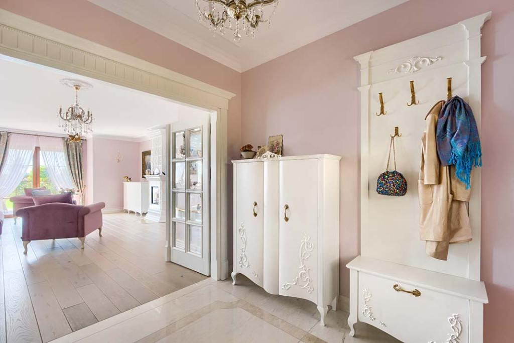 Wykonane ręcznie klasyczne meble w holu domu w stylu dworkowym