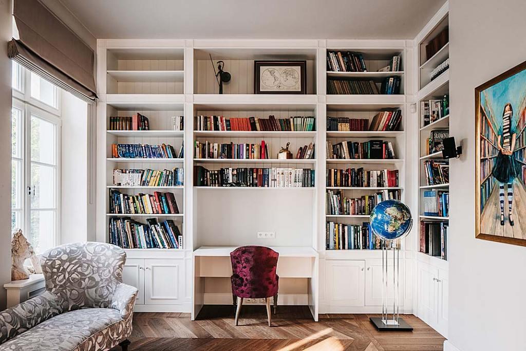 Pokój z białą biblioteczką w willi na Bielanach.