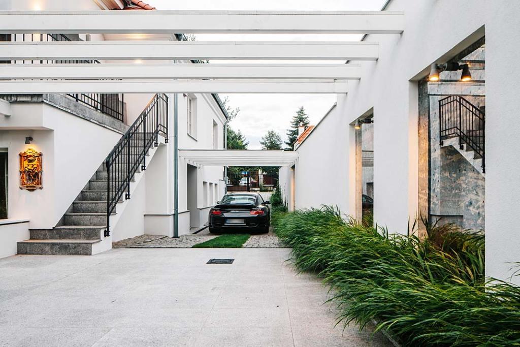 Przy domu znajduje się jednostanowiskowy garaż z windą samochodową