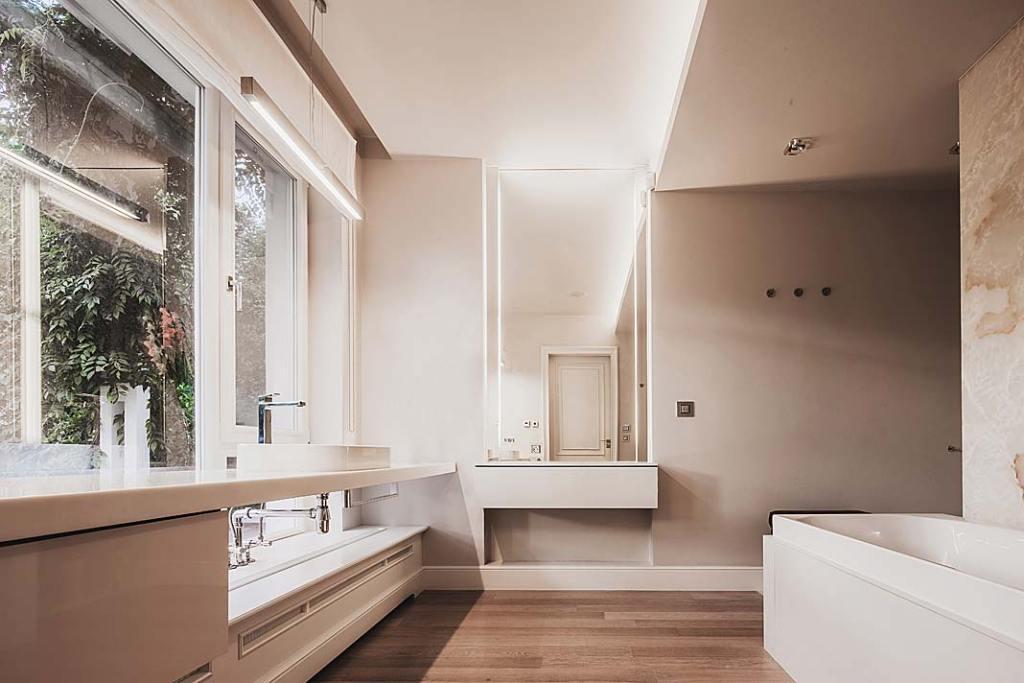Salon kąpielowy posiada obszerne okna z widokiem na ogród.