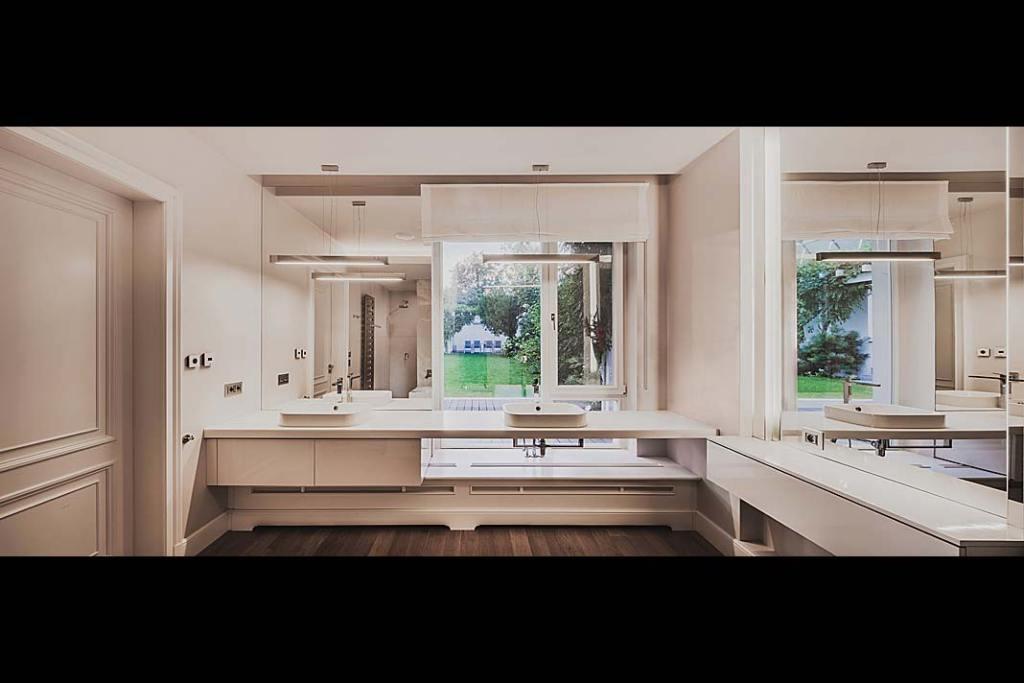 Salon kąpielowy z mnóstwem naturalnego światła wpadającego przez obszerne okna