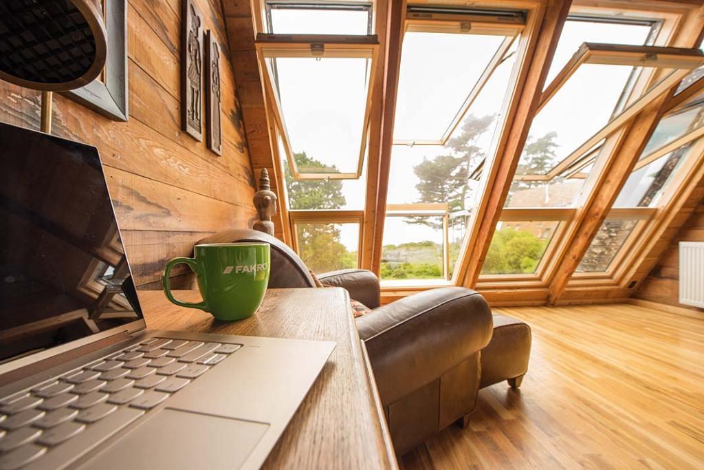 Aranżacja przestrzeni poddasza z wykorzystaniem okien balkonowych Fakro