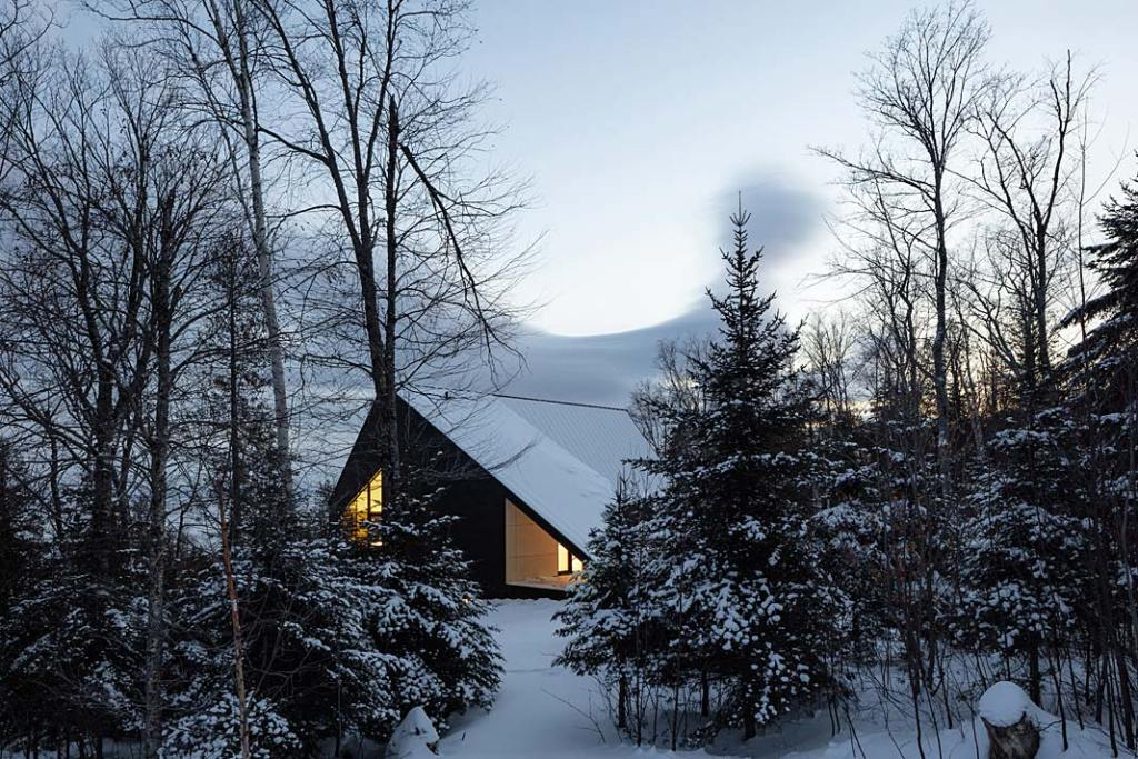 Cabin A, całoroczny dom letniskowy z drewna w Kanadzie